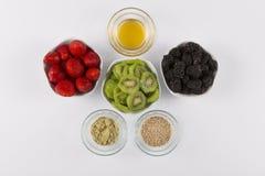 Smoothie-Bestandteil-Erdbeere Blackberry Honey Kiwi Stockfoto