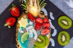 Smoothie bleu de spirulina en ananas Images libres de droits