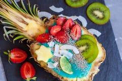 Smoothie bleu de spirulina en ananas Photos libres de droits