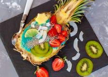 Smoothie bleu de spirulina en ananas Photographie stock libre de droits