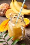 Smoothie con la frutta tropicale Immagini Stock