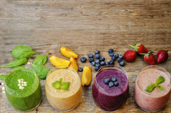 Smoothie con los arándanos, el melocotón, la espinaca y fresas Fotografía de archivo