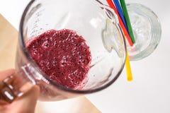 Smoothie cru délicieux de versement dans un verre Image libre de droits
