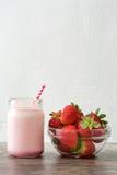 Smoothie délicieux de fraise sur le bois rustique Images libres de droits