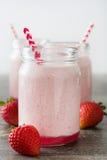 Smoothie délicieux de fraise sur le bois rustique Photo libre de droits