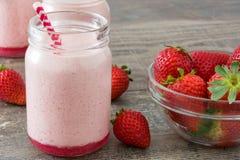 Smoothie délicieux de fraise sur le bois rustique Image libre de droits