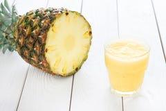 Smoothie d'ananas avec l'ananas OM un fond blanc clair, horizontal Image stock