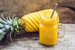 Smoothie d'ananas avec l'ananas frais sur la table en bois Photographie stock libre de droits