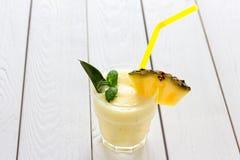 Smoothie d'ananas avec la menthe et l'ananas sur un fond blanc clair, horizontal Photographie stock