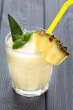 Smoothie d'ananas avec la menthe et un morceau d'ananas, fond foncé, vertical Image libre de droits