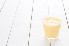 Smoothie d'ananas, fond blanc, horizontal Photos libres de droits