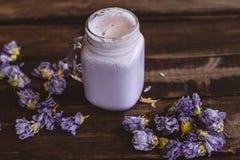 Smoothie de arándanos y de flores secadas foto de archivo