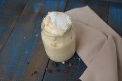Smoothie de banane avec Chia et lait et bananes de noix de coco images stock