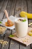 Smoothie de banane avec la farine d'avoine Photos stock
