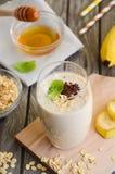 Smoothie de banane avec la farine d'avoine Images stock