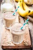 Smoothie de banane avec la farine d'avoine, le beurre d'arachide et le lait Photo libre de droits