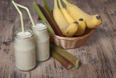 Smoothie de banane et de rhubarbe avec du yaourt Photographie stock libre de droits
