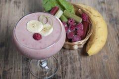 Smoothie de banane et de rhubarbe avec du yaourt Photo libre de droits