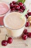 Smoothie de cerise et de banane et de lait Milkshake avec des cerises et des bananes Photographie stock libre de droits