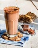 Smoothie de chocolat avec la banane et la farine d'avoine avec du lait, Photos stock
