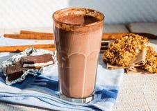 Smoothie de chocolat avec la banane et la farine d'avoine avec du lait, petit déjeuner Photo stock