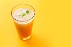Smoothie de cocktail sur le fond jaune Images stock