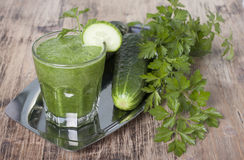 Smoothie de concombre, de persil et de céleri Images stock
