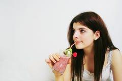Smoothie de consumición de la muchacha Foto de archivo libre de regalías