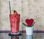 Smoothie de fraise avec le coeur sur le pot, Saint Valentin Image stock