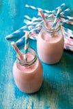 Smoothie de fraise avec les pailles de papier Image stock