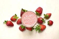 Smoothie de fraise dans un verre grand Vue sup?rieure avec l'espace de copie photographie stock