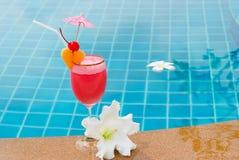 Smoothie de fraise en verre de cocktail Images libres de droits