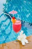 Smoothie de fraise en verre de cocktail Photos stock
