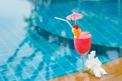 Smoothie de fraise en verre de cocktail Image libre de droits