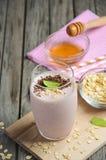 Smoothie de fraise et de banane avec la farine d'avoine Photo libre de droits