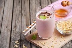 Smoothie de fraise et de banane avec la farine d'avoine Image libre de droits