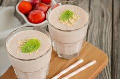 Smoothie de fraise et de banane avec la farine d'avoine Images libres de droits