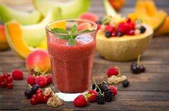 Smoothie de fruit frais dans le verre image libre de droits