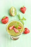 Smoothie de kiwi et de fraise en verre Photographie stock