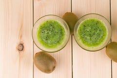 Smoothie de kiwi et kiwi Photo stock