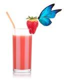 Smoothie de la fresa con la mariposa imagen de archivo libre de regalías