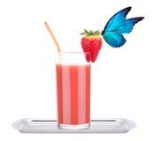 Smoothie de la fresa con la mariposa imagen de archivo
