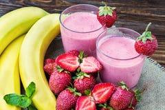 Smoothie de la fresa y del plátano en el vidrio Fresas frescas Imagenes de archivo