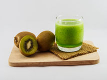 Smoothie de la fruta de kiwi del fondo blanco Fotografía de archivo libre de regalías