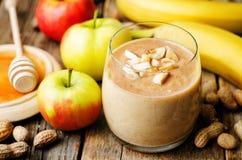 Smoothie de la mantequilla de cacahuete del plátano de Apple Fotografía de archivo