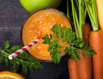 Smoothie de la naranja de la zanahoria Lifestile sano Concepto verde Imagenes de archivo
