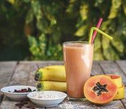 Smoothie de la papaya con el plátano fresco Fotos de archivo libres de regalías