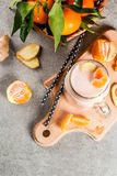 Smoothie de mandarine avec du gingembre photographie stock
