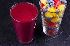 Smoothie de mangue, de pamplemousse et de myrtille Salade de fruits fraîche Parts des fruits Images libres de droits