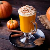 Smoothie de potiron, latte d'épice Cocktail soulârd avec la crème fouettée Fond en bois Fin vers le haut photos libres de droits